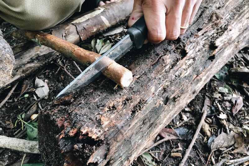 サバイバルナイフでラッチノッチ作り