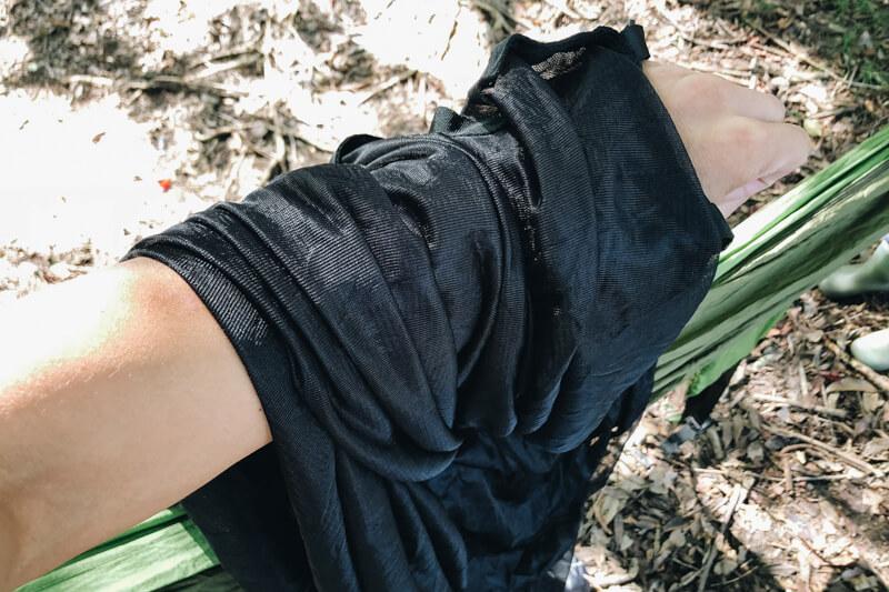 ハンモック用の蚊帳に手を入れる