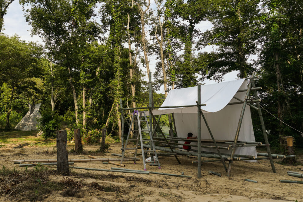 淡路島マンモスの湖畔に製作中の竹の東屋