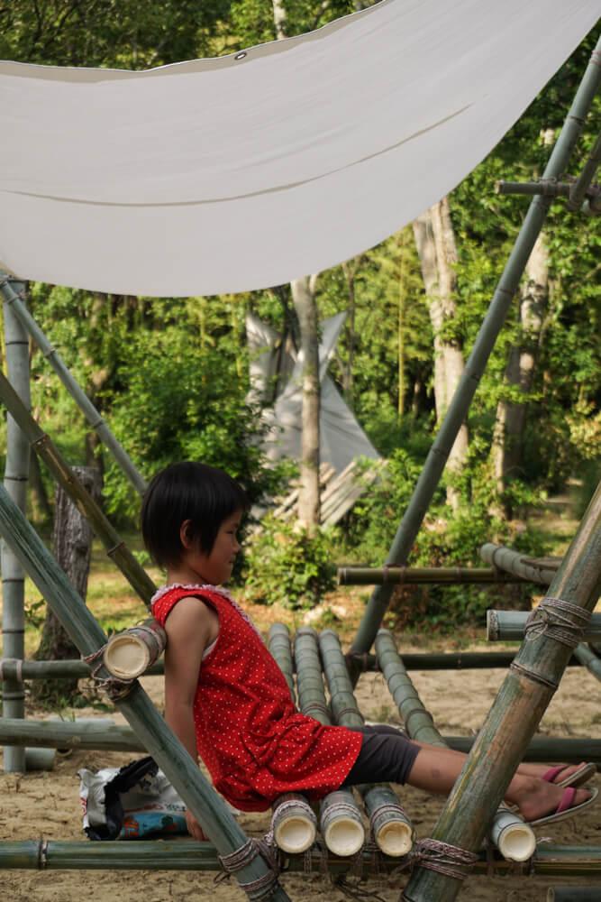 淡路島マンモスの湖畔の東屋の椅子