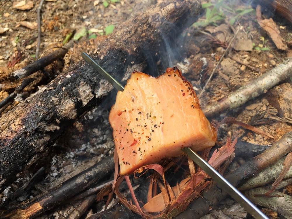 ブッシュクラフト講座で作った焚き火を使ってベーコンを焼く