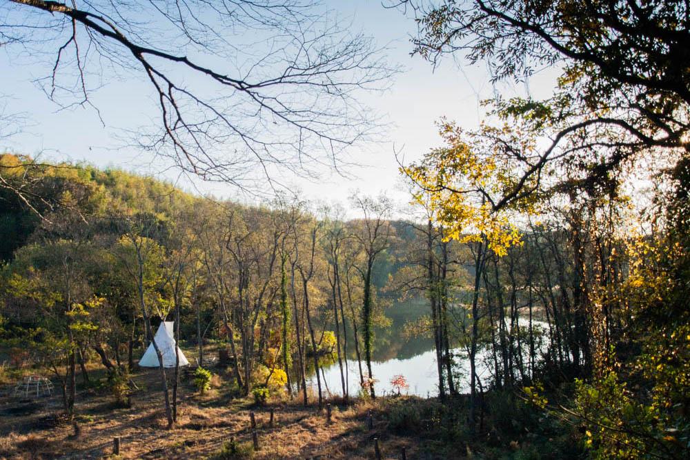 テントの中で焚き火ができる!プレーパークの湖畔に佇むインディアンの移動用住居「ティピー」をご紹介