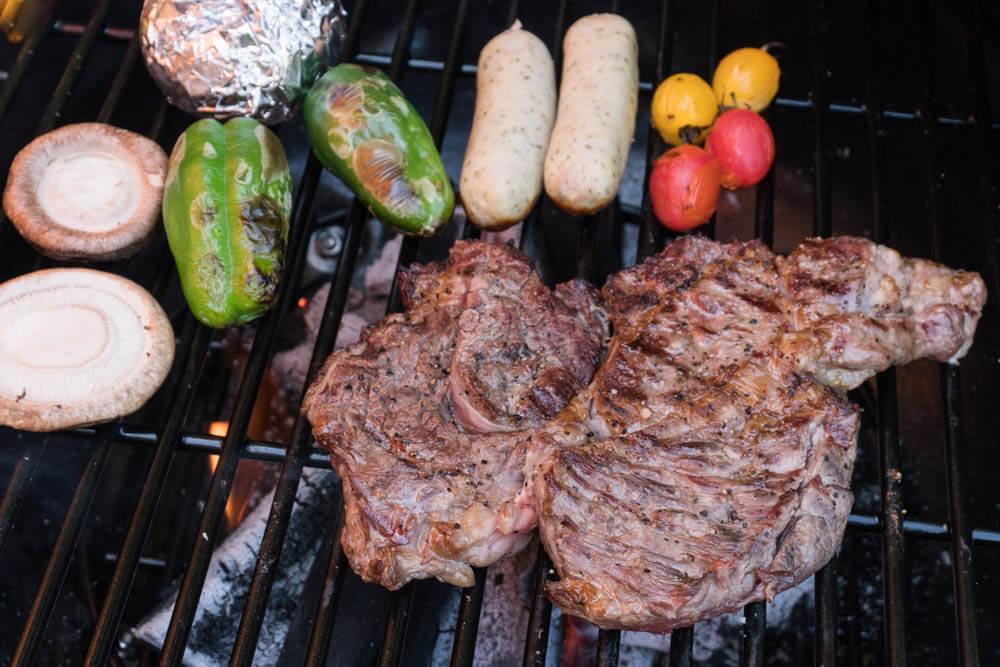 バーベキューグリルで焼いたお肉