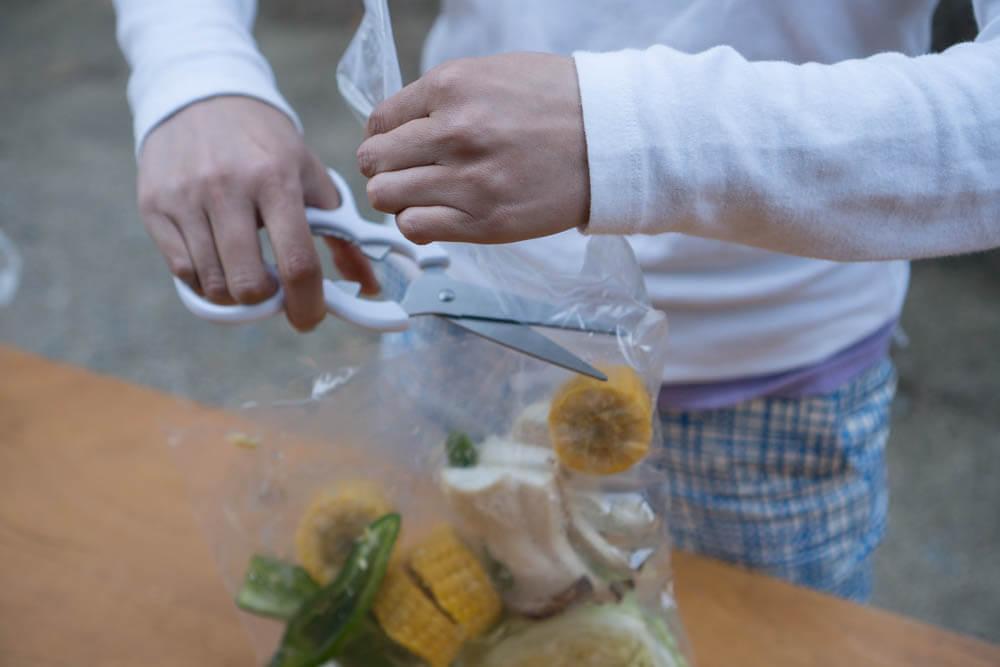 バーベキュー野菜を袋から出す